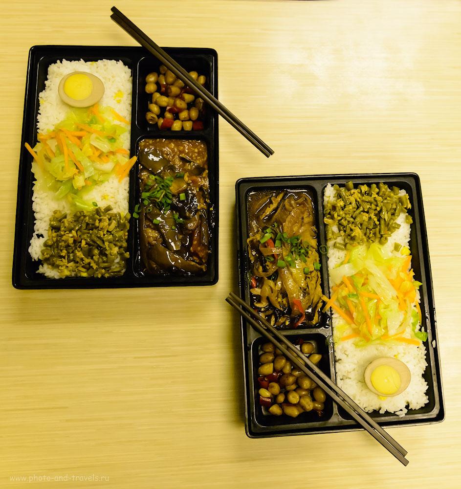 Фотография 33. Что мы ели в Китае? Рис, яйцо, какие-то бобовые, грибы, говядина, водоросли и какие-то растения! Так выглядит блюдо в китайском фаст-фуде. 1/400, +1.0, 5.0, 6400, 24.