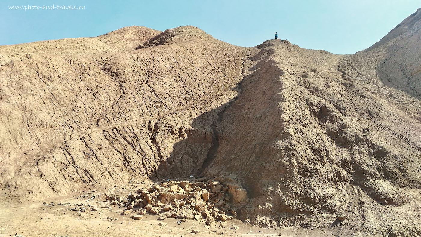 Фото 10. Фотограф и путешественник залез на холм в окрестностях кишлака Туюк-Мазар, чтобы насладиться красотами Пылающих гор. Снято на смартфон.