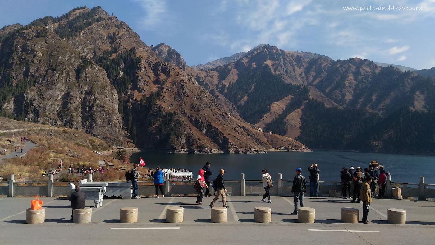 Фото 13. Найдите автора блога на берегу озера Тяньчи (Небесное озеро). Что посмотреть в окрестностях Урумчи? Отзыв о путешествиях по Китаю. Снято на смартфон.