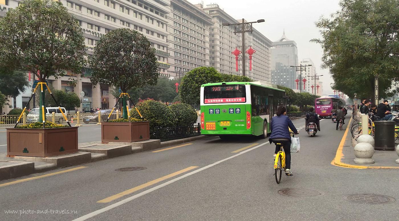Фото 17. Улица в Сиане, отходящая от Колокольной башни (Bell Tower). Отзывы о поездке в Китай самостоятельно. Снято на смартфон.