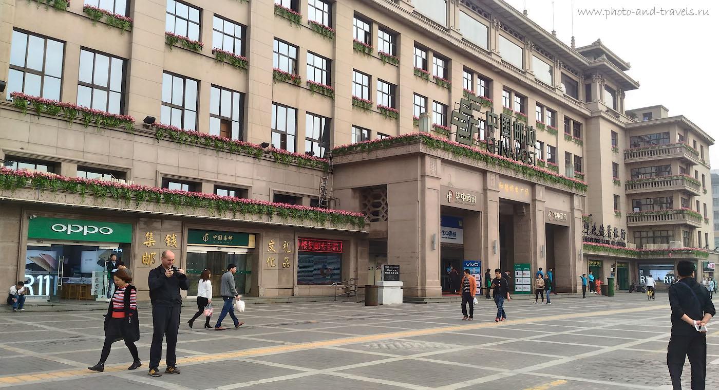 Фото 24. Недовольный фотограф на улице в городе Сиань в Китае. Разучился видеть кадр. Снято на смартфон Asus ZenFone.