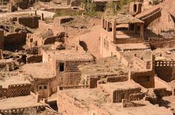 Zateriannyi v gorakh uigurskii kishlak Tuiuk-Mazar Progulka sredi peschanykh gor Istoriia etogo drevnego poseleniia pochitaemogo musulmanami Kitaia