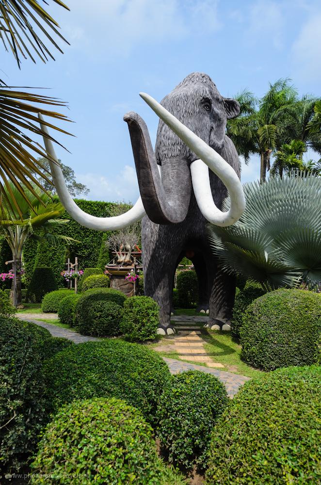 3. Привет из Паттайи в Ханты-Мансийск, где тоже есть памятник мамонтам. Отзывы туристов об экскурсии в Nong Nooch Tropical Botanical Garden во время отдыха в Таиланде.