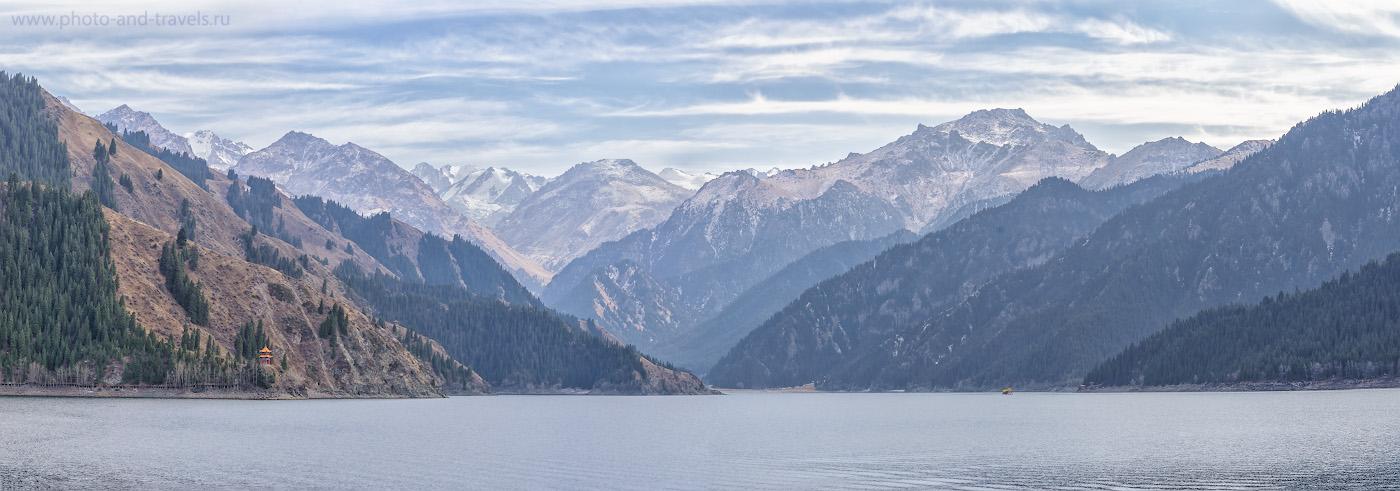 Фото 4. Пейзажи высокогорного озера Тяньчи в окрестностях Урурмчи. Отзывы туристов о самостоятельной экскурсии во время путешествия по Китаю. Панорама из пяти горизонтальных кадров. Камера Nikon D610 + телеобъектив Nikon 70-200mm f/2.8G. Настройки: 1/160, 8.0, 200, 78.