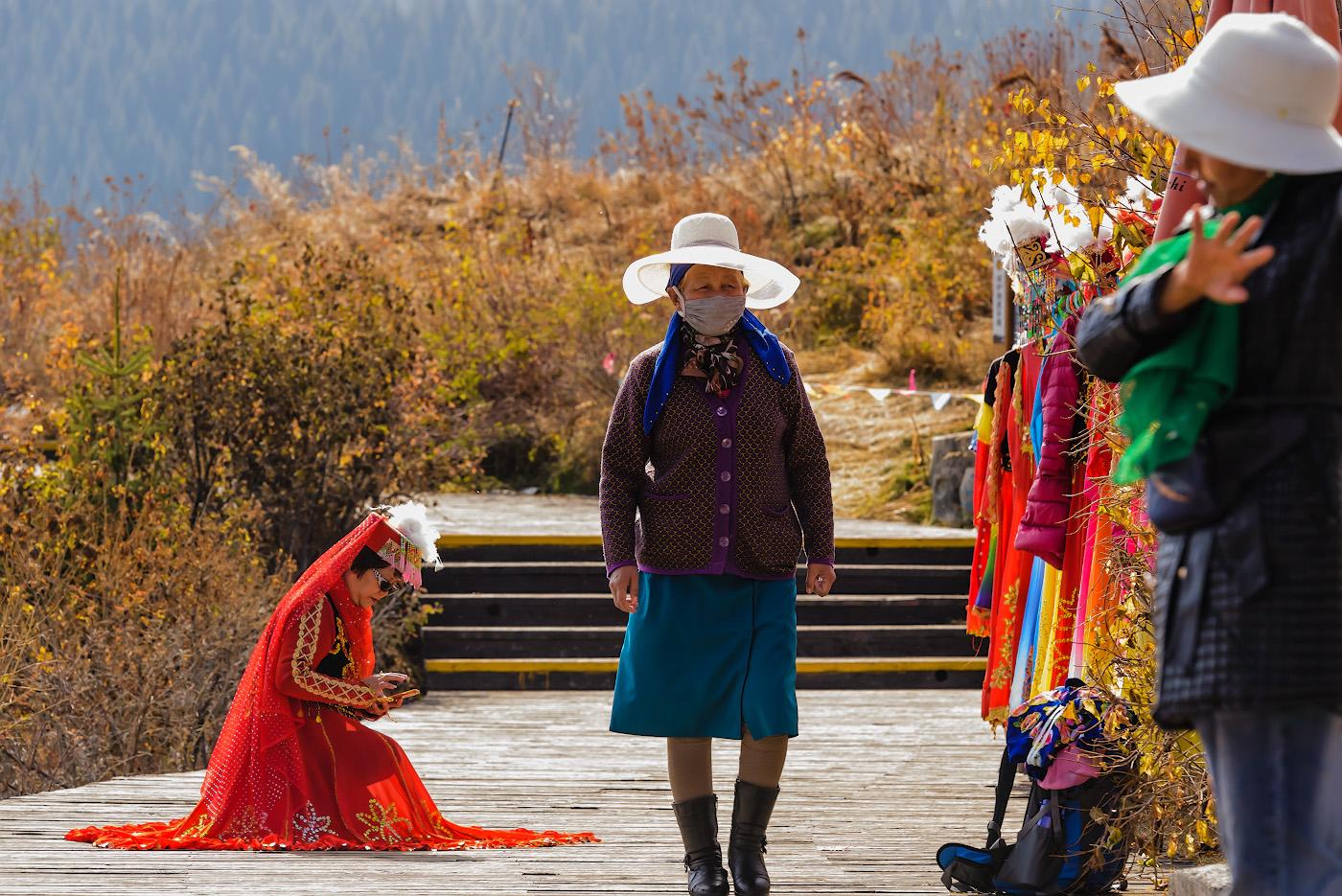 Снимок 10. Тётенька проверяет, получилось ли у нее селфи. Отзыв об экскурсии в Тяньчи (Небесное озеро) из Урумчи. Как поехать в Китай самостоятельно. 1/320, -0.33, 8.0, 2800, 150.