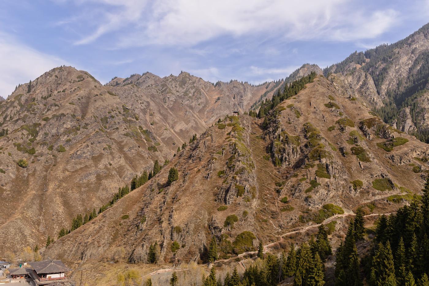 Фото 6. Одинокая беседка на вершине горы. Если бы в Тяньчи (Tianchi Lake) мы шли пешком, обязательно поднялись бы по той извилистой тропке. Отчет об экскурсии из Урумчи, столицы Синьцзян-Уйгурского автономного района в Китае. Снято через окно автобуса. 1/800, 8.0, 560, 32.