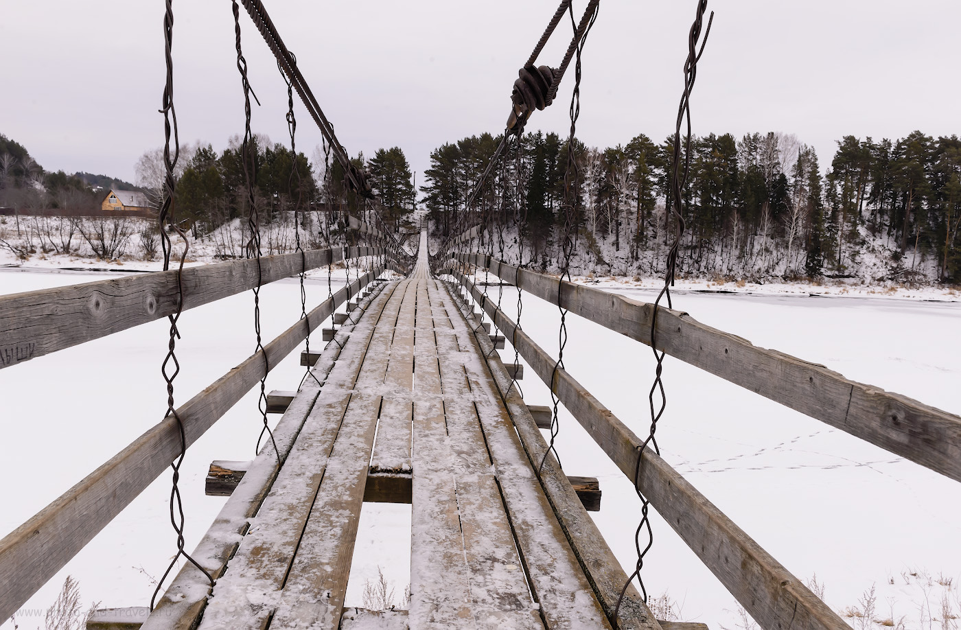 Фото 11. Подвесной мост через реку Сылва в деревне Сасыково. По нему нужно пройти, чтобы попасть к водопаду Плакун. Отчет о путешествии по Пермскому краю самостоятельно.