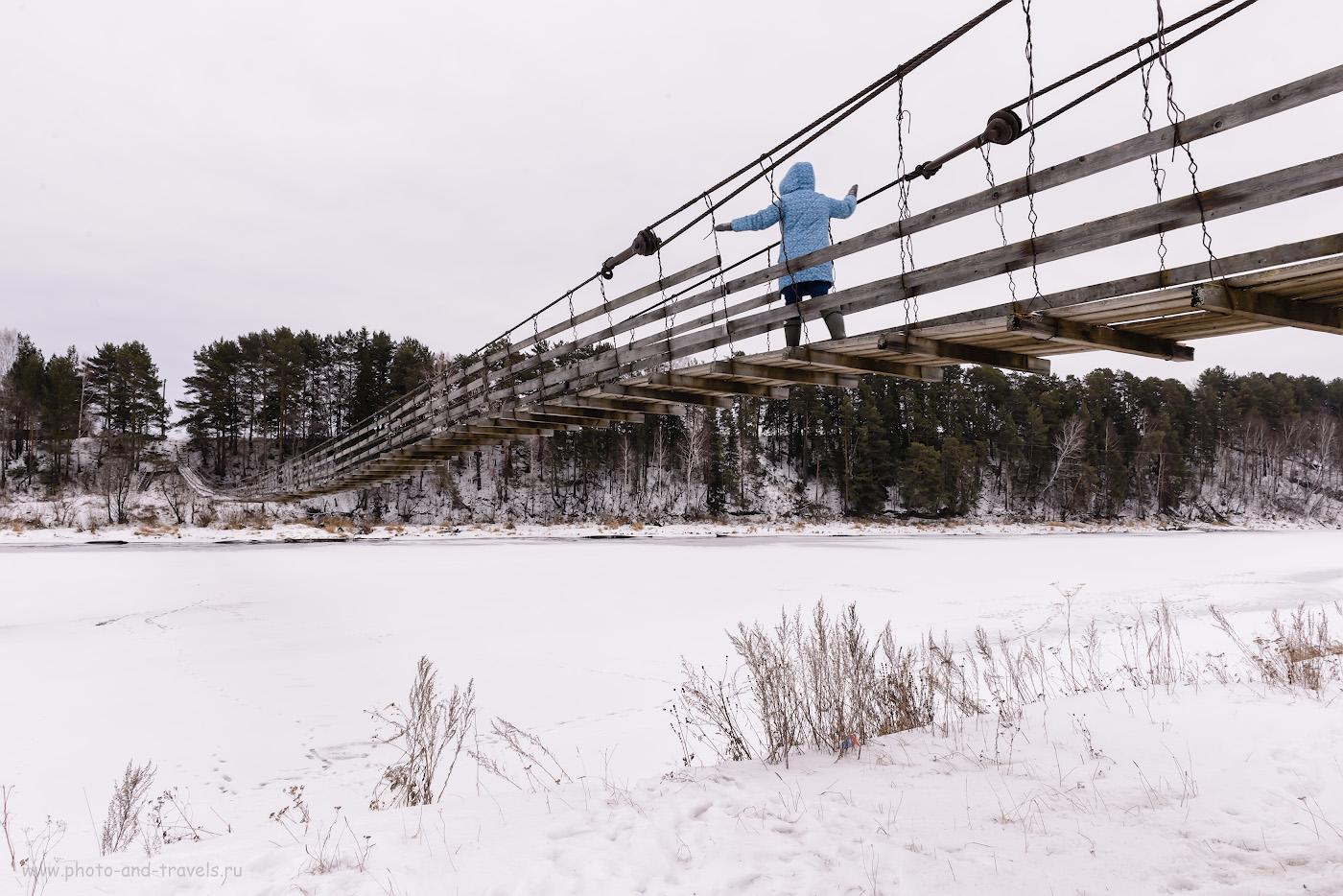 Фотография 12. Чтобы дойти до водопада Плакун, нужно перебраться на другой берег Сывы по этому подвесному мосту в деревне Сасыково. Рассказы о поездках по Пермскому краю.
