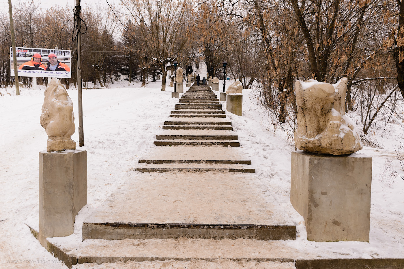 Фотография 4. Где-то за этой лестницей стоит скульптурная композиция «У самовара», высотой 3,2 м. Путь в деревню Сасыково к водопаду Плакун пролегает через поселок Суксун. Путешествие по Пермскому краю на авто.