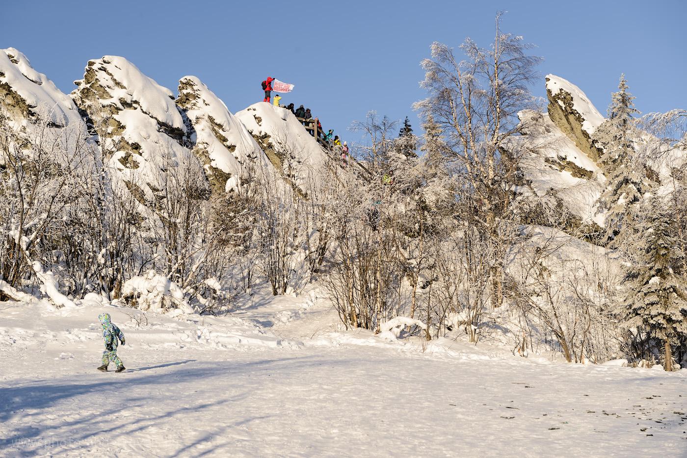 Фото 23. Группа туристов на вершине горы Колпаки в Пермском крае. Очередь на оборудованную смотровую площадку на скалах. 1/125, +0.67, 8.0, 62.