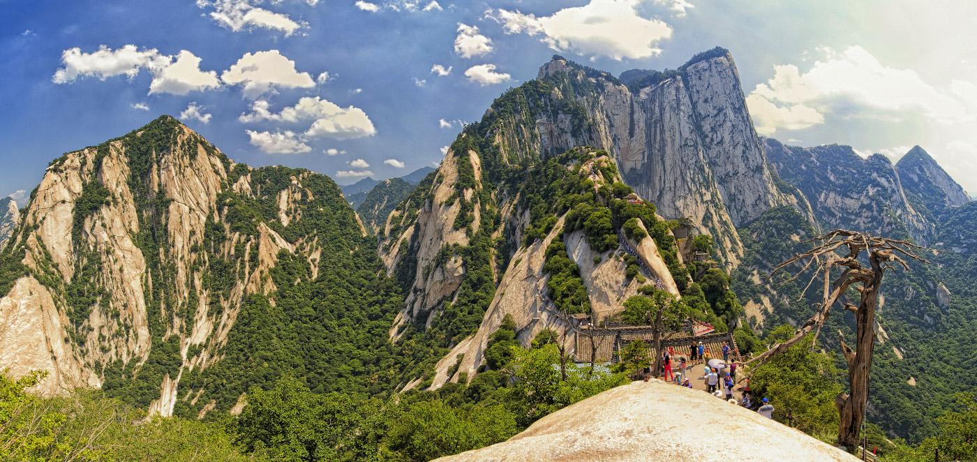 Фото 21. Вид с Северного на Западный пик горы Хуашань. Путеводитель для самостоятельной экскурсии. Что посмотреть на вершине.