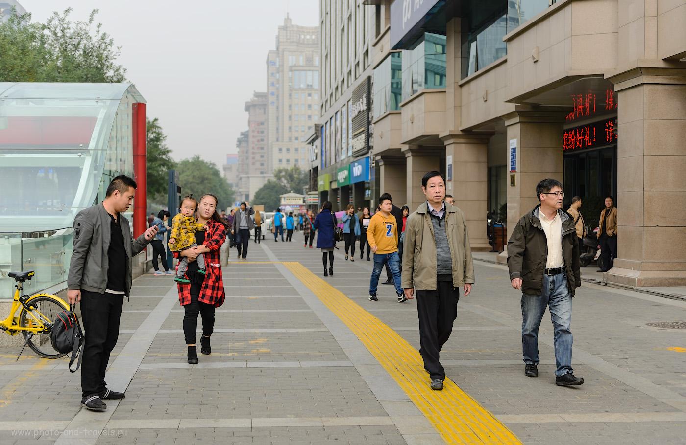 Фотография 5. Сиань. Пешеходы на улице. Отзыв о путешествии по Китаю самостоятельно. Фотоаппарат Nikon D610, объектив Nikon 24-70mm f/2.8G. Настройки: выдержка 1/1000 секунды, экспокоррекция 0EV, диафрагма f/2.8, ISO 100, ФР=48 мм.
