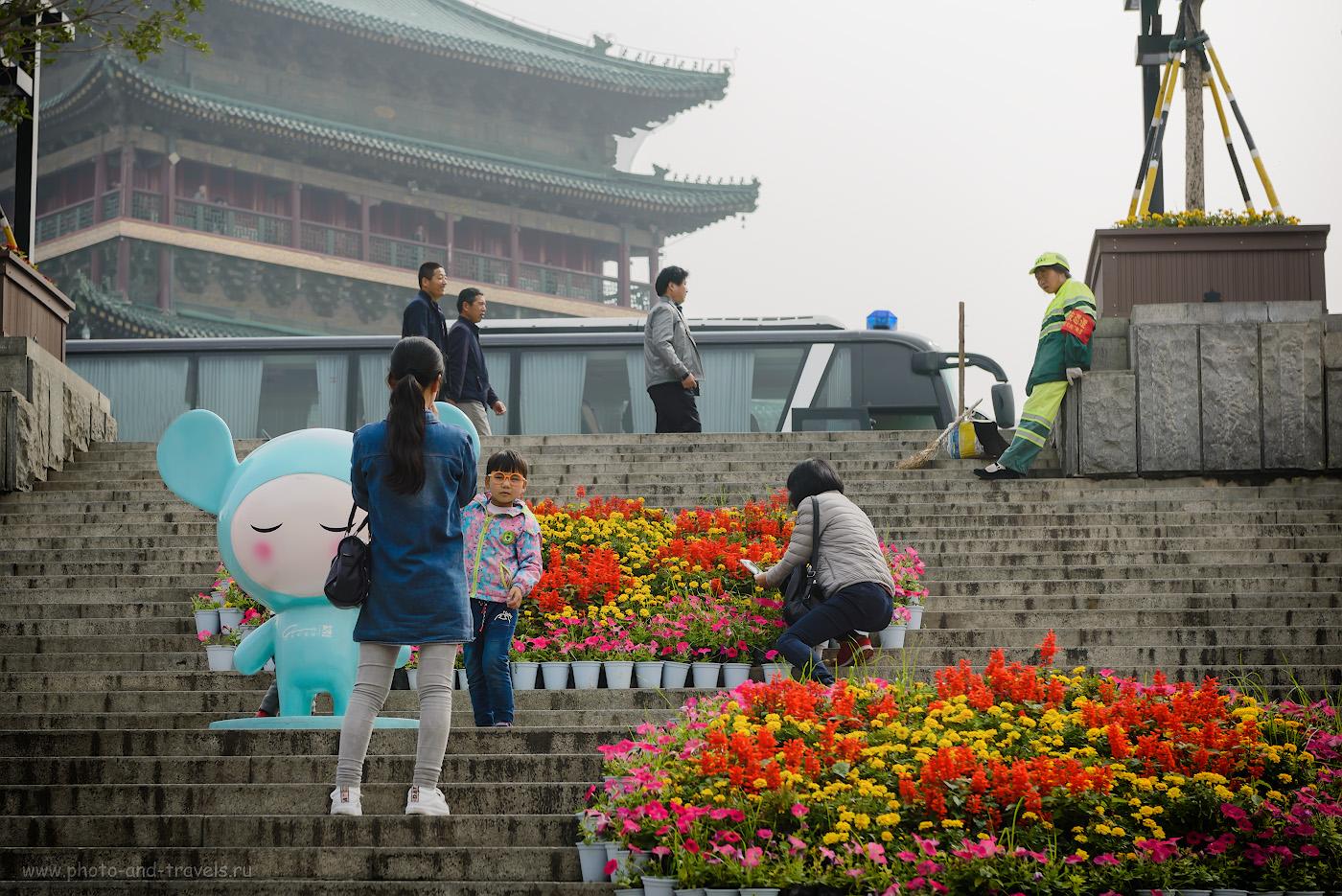 Фото 11. Туристы и Колокольня. Отчет о поездке в Сиань самостоятельно во время путешествия по Китаю. 1/640, -1.0, 5.0, 100, 70.