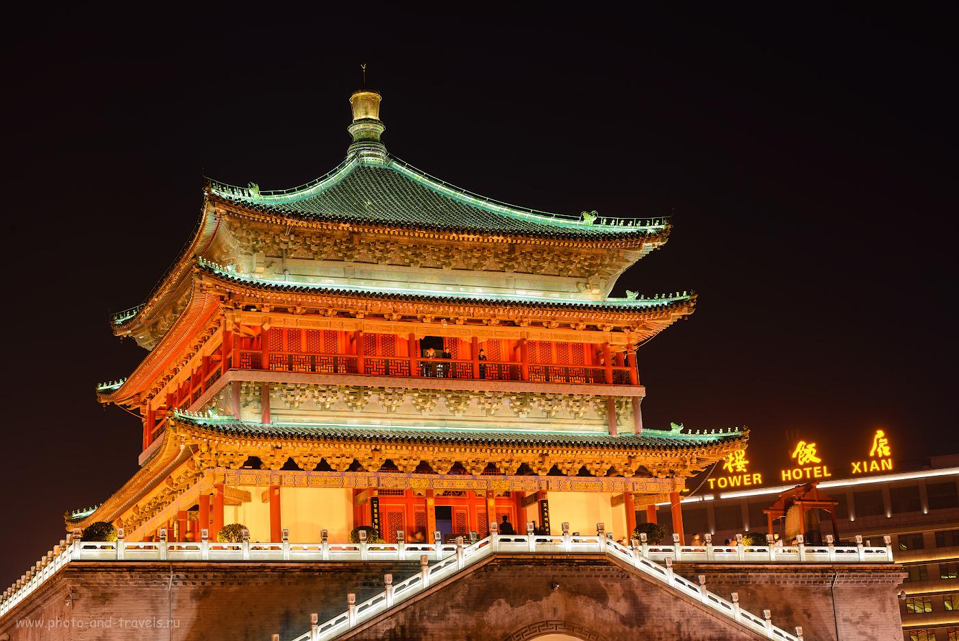 Фотография 16. Туристы любуются ночным Сианем с балкона Колокольной башни (Bell Tower). Отзыв о путешествии в Китай из Екатеринбурга. 1/1, +0.67, 10.0, 100, 56.