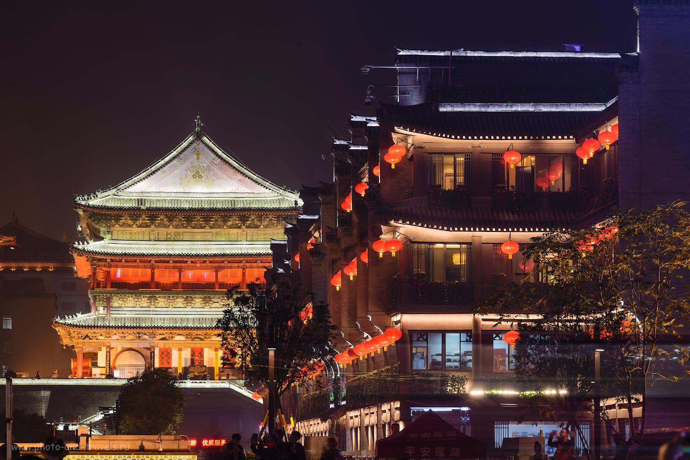 Фотография 18. Ночью здание торгового центра Century Ginwa Shopping Mall (世纪金花购物中心) выглядит почти, как Колокольная башня. Отзыв о поездке в Сиань в Китае. Фотоаппарат Nikon D610 + телевик Nikon 70-200mm f/2.8G. Снято со штатива Sirui T-2204X. Параметры: 2.5, +0.33, 10.0, 100, 190.