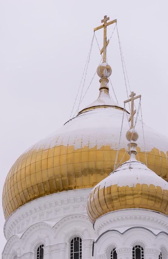 Фотография 6. Купола Крестовоздвиженского собора в Белогорском монастыре. Отзыв об экскурсии во время путешествия по Пермскому краю. 1/500, +0.67, 5.0, 500, 160.