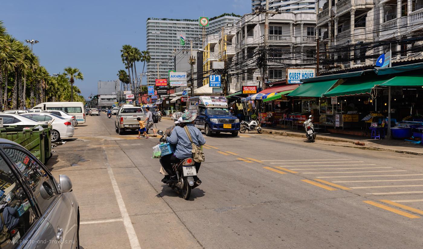Фото 4. Тук-тук на улице Джомтьен Бич Роуд (Jomtien Beach Rd) в Паттайе. Указатель №4 и №3 – номера переулков. Наш отель «Mermaid's Beach Resort Jomtien» находится на 7-м. Отзывы туристов об отдыхе в Таиланде самостоятельно. 1/400, 7.1, 100, 32.