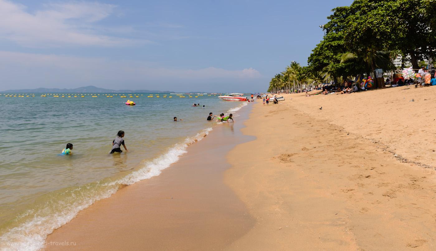 Фотография 2. Купание на пляже Джомтьен (Jomtien Beach) в октябре. Отзывы туристов об отдыхе в Паттайе в Таиланде. Камера Nikon D610, объектив Nikon 24-70mm f/2.8G. Настройки: В=1/500, экспокоррекция 0EV, f/7.1, ISO 100, ФР=26 мм.