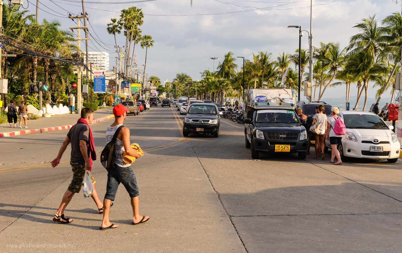 Фотография 7. Начало улицы Jomtien Beach Road на пляже Джомтьен. Чтобы сесть в тук-тук, просто сделайте знак рукой. Оплата водителю – 10 бат после доставки к нужному месту. 1/125, 9.0, 100, 38.