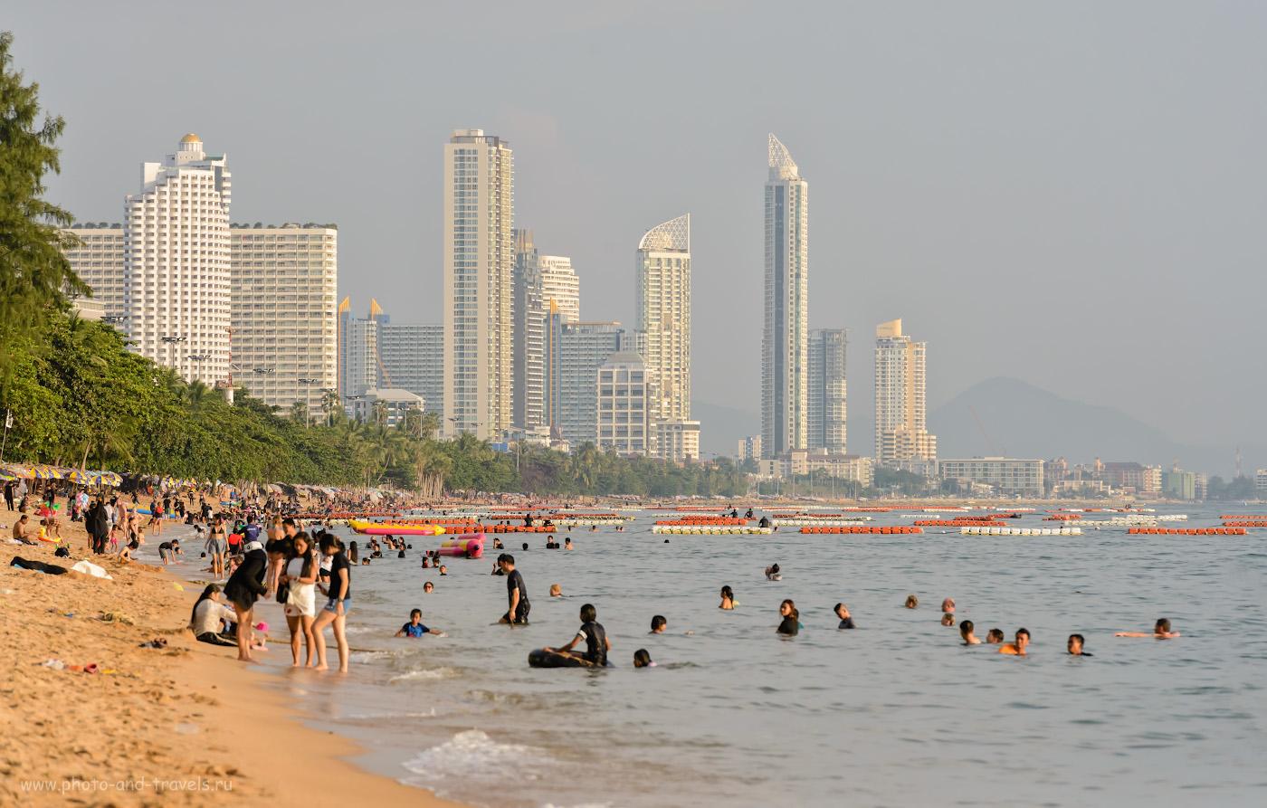 Фотография 9. Пляж Джомтьен в октябре. Вечер в Паттайе. Вид на юг. Фотоаппарат Nikon D610, объектив Nikon 70-200mm f/2.8G. 1/3200, +0.33, 8.0, 1600, 200.