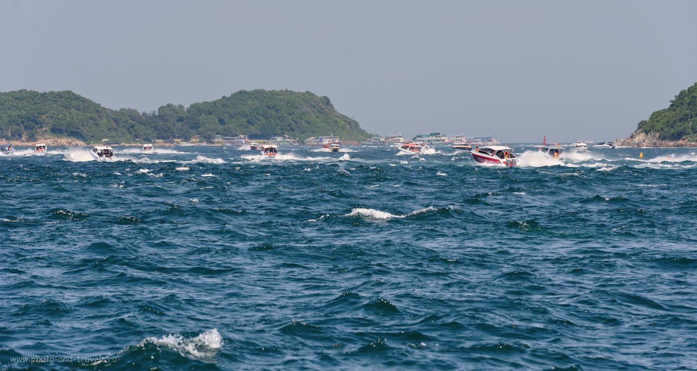 Фото 23. Пролив между островами Ко Лан (Koh Larn) и Ко Сак(Koh Sak) у пляжа Таваен (Ta Waen Beach). Видно, какое огромное количество туристов плывет сюда из Паттайи и обратно. Советы для отдыхающих в Таиланде. 1/400, 0.33, 9.0, 250, 200.