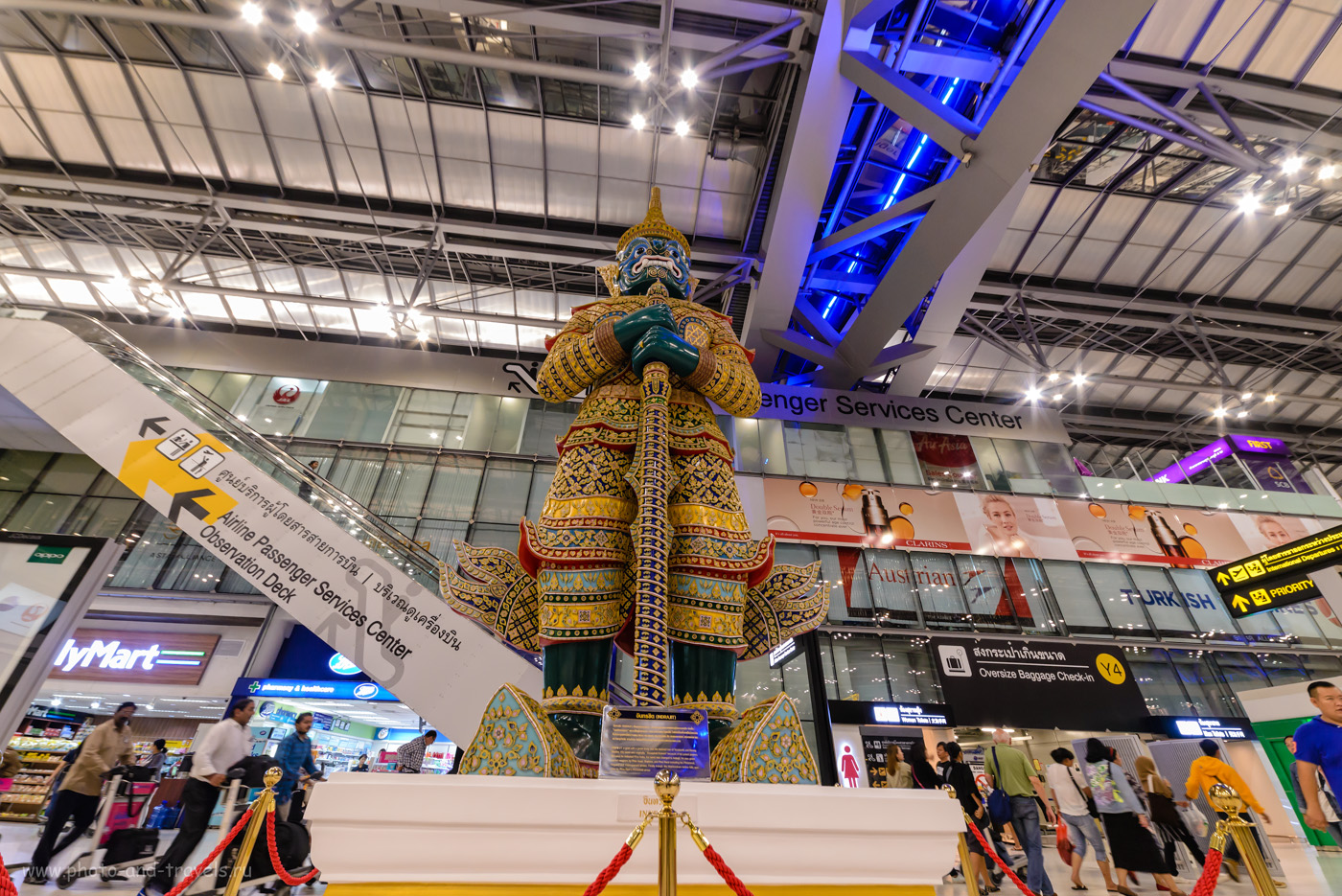 """Фото 34. «Хранитель» сторожит вход на смотровую площадку """"Observation desk"""" в зале вылета аэропорта «Суварнабхуми» в Бангкоке. Советы отдыхающим в Таиланде. 1/30, +0.33, 3200, 14."""