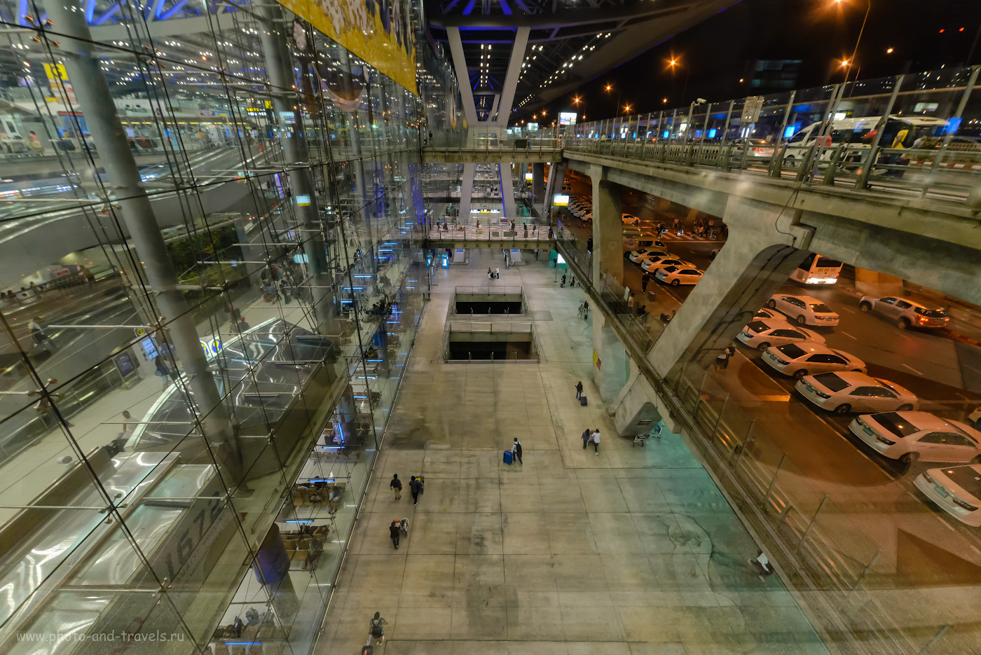 Фото 31. Аэропорт «Суварнабхуми» –один из крупнейших авиационных хабов в Юго-Восточной Азии и в мире. Туристы, если не ошибаюсь, идут к шаттлу, который доставит из Бангкока в Паттайю. 1/30, +0.33, 8.0, 6400, 14.