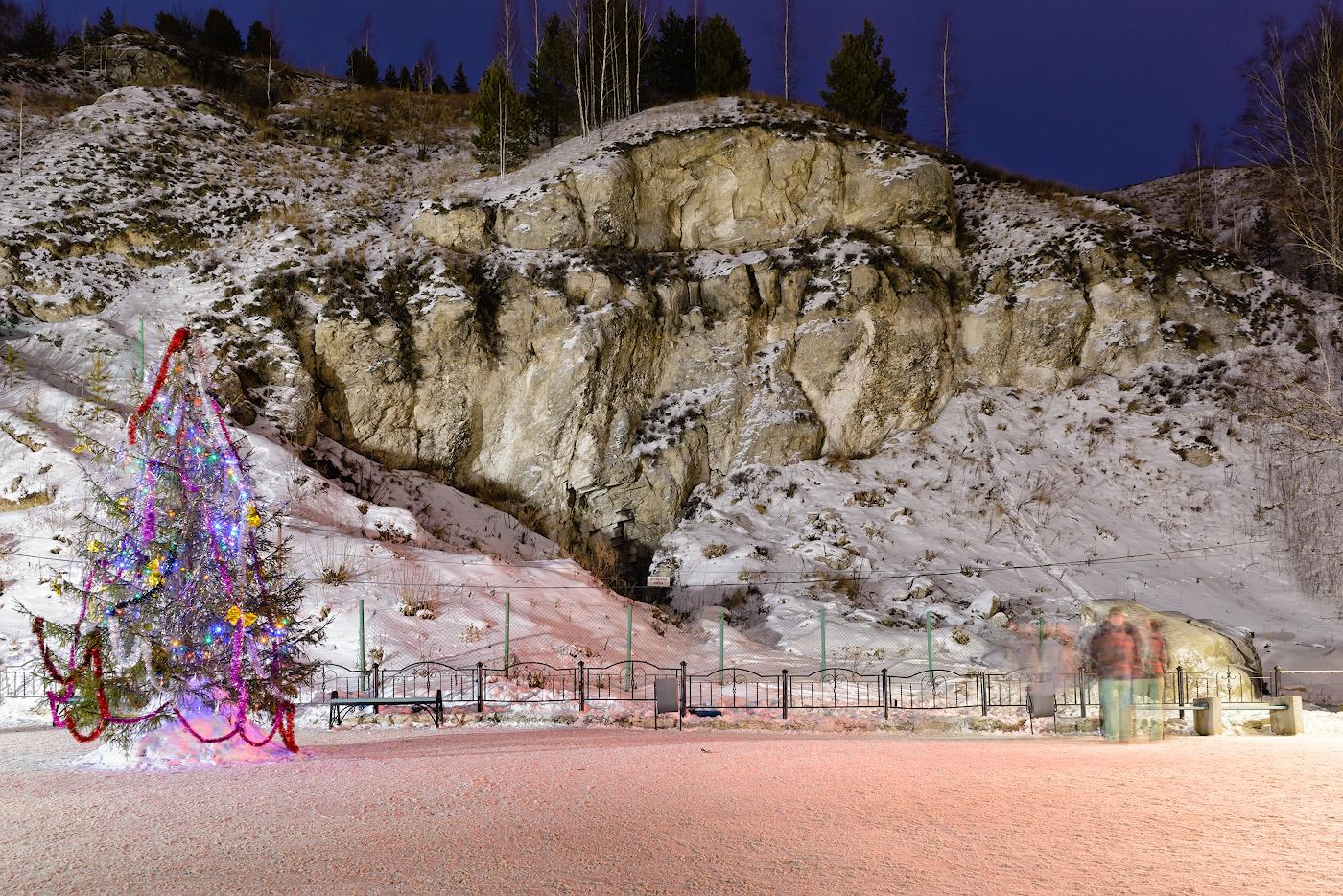 Фотография 5. Обрыв в склоне Ледяной горы в селе Филипповка. В центре указатель с красным текстом – здесь, если я не ошибаюсь, старый ход в Кунгурскую пещеру. 15, +0.67, 8.0, 500, 28.