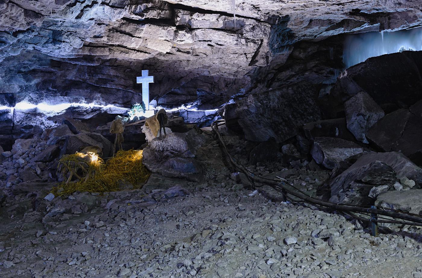 Фотография 16. Крестовый грот в Кунгурской ледяной пещере. Съемка с нормальным фокусным расстоянием. 2.0, 8.0, 400, 48.
