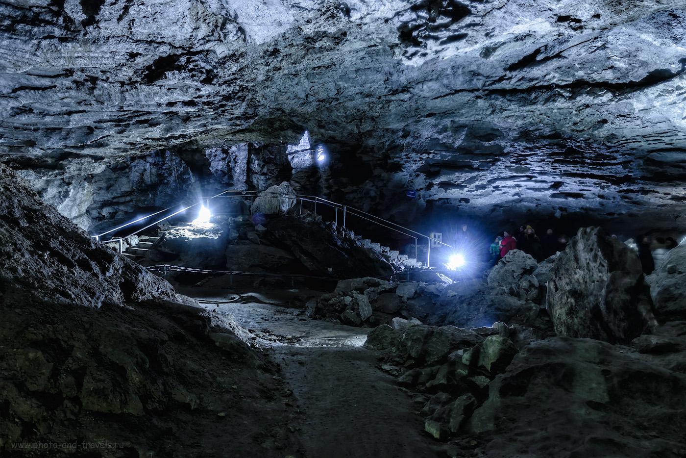 Фотография 18. Как передать объем при съемке в Кунгурской ледяной пещере? Помещайте людей в кадре, снимая в гротах. 1.6, +1.33, 8.0, 400, 32.