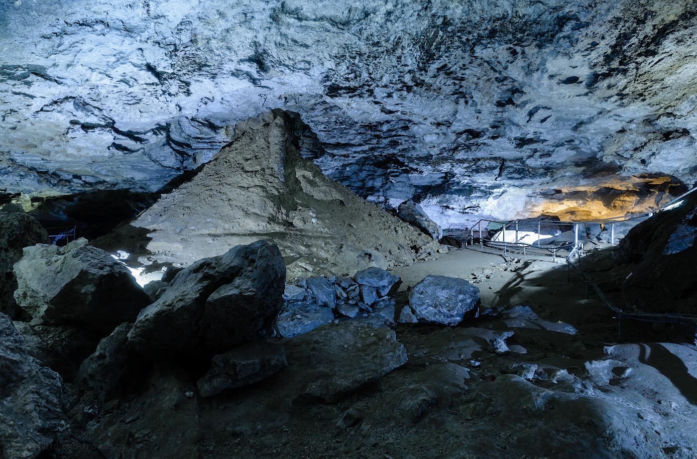 Фотография 1. Грот в Кунгурской пещере. Отзывы о самостоятельной экскурсии. Камера Nikon D 610, объектив Nikon 24-70mm f/2.8, штатив Sirui T2204X. Параметры съемки: выдержка 3 сек., 0EV поправка экспозиции, f/5.6, ISO 400, ФР=24 мм.