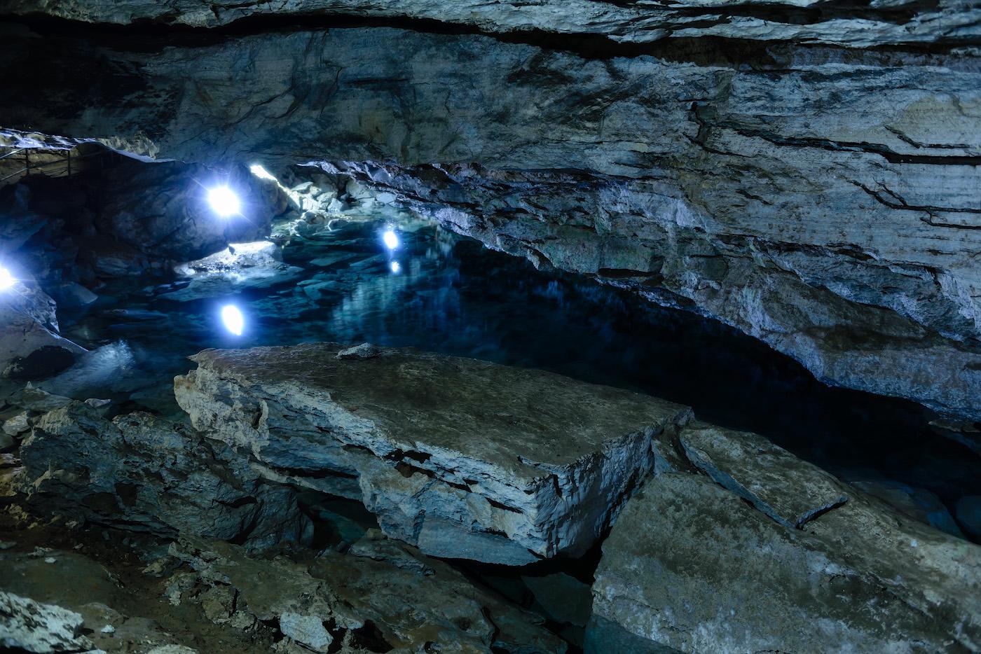 Фотография 13. Одно из подземных озер Кунгурской пещеры. Всего их здесь 70 штук. Отзывы туристов об экскурсии. ½, +1.33, 2.8, 400, 34.