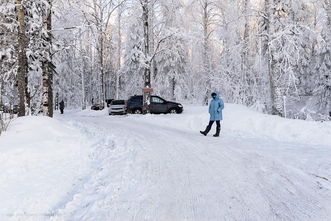 Фотография 3. Начало тропы для восхождения на Колпаки. Так выглядит стоянка автомобилей зимой. 1/50, +0.67, 8.0, 360, 24.
