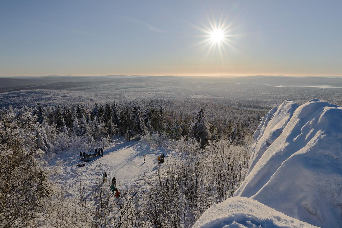 Фото 15. Вид на поляну у основания скал на вершине горы. Куда поехать на выходные из Перми? На Колпаки, например, можно. 1/50, -0.67, 22.0, 110, 24.