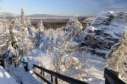 Na granitse Sverdlovskoi oblasti i Permskogo kraia raspolozhena gora Kolpaki Do nee legko doekhat i podniatsia mozhno dazhe s detmi.