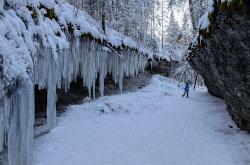 V okrestnostiakh poselka Ust-Koiva Gornozavodskogo raiona Permskogo kraia mozhno uvidet zimoi khrustalnyi vodopad na Melnichnom ruche i skalu TSarskie vorota.