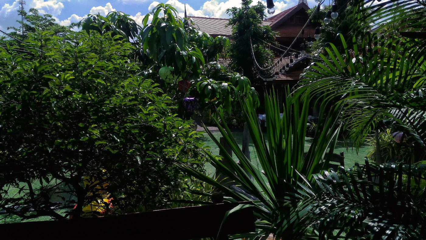 Фото 3. Дворик отеля «Montri Resort Donmuang Bangkok» около порта «Дон Муанг». Где переночевать, если в Бангкок прилетаешь ночью? Советы туристам, собирающимся на отдых в Таиланд. Снято на самартфон.