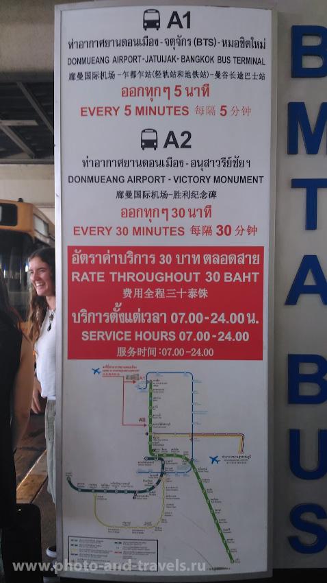 Фото 1. Информационный стенд на остановке шаттлов А1 и А2 у Выхода №6 зала прилета аэропорта «Don Mueang Airport». Как добраться в Паттайю самостоятельно на общественном транспорте. Карта маршрута. Снято на смартфон.