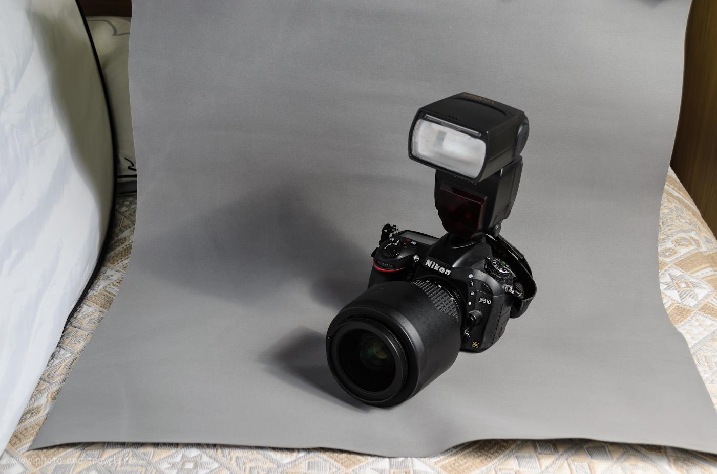 Фотография 8. Как я фотографировал предметку для этого обзора. Снято на любительскую зеркалку Nikon D5100 KIT 18-55 VR со следующими настройками: 1/100, 5.6, 100, 32. Справа – вспышка YongnuoYN685N на стойке с зонтом на просвет, слева – белый рефлектор. На камере – контроллер Yongnuo YN-622N-TX.