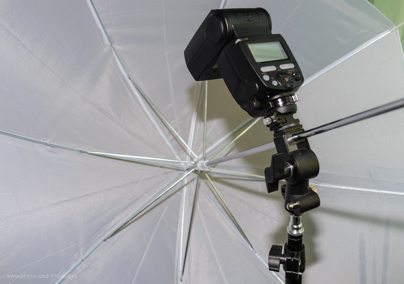 """Фото 21. У меня держатель для вспышек – Тип D2. Стойка «Viltrox» высотой 1,9 м. Белый зонт «Viltrox» диаметром 33"""" (85 см). Снято на Nikon D5100 KIT 18-55 VR со следующими настройками: режим «М», 1/60, +0.33, 3.8, 100, 20. Вспышку без рефлектора держал слева сверху в руке – жесткий свет получился. На фотоаппарате – триггер Yongnuo YN-622N-TX."""