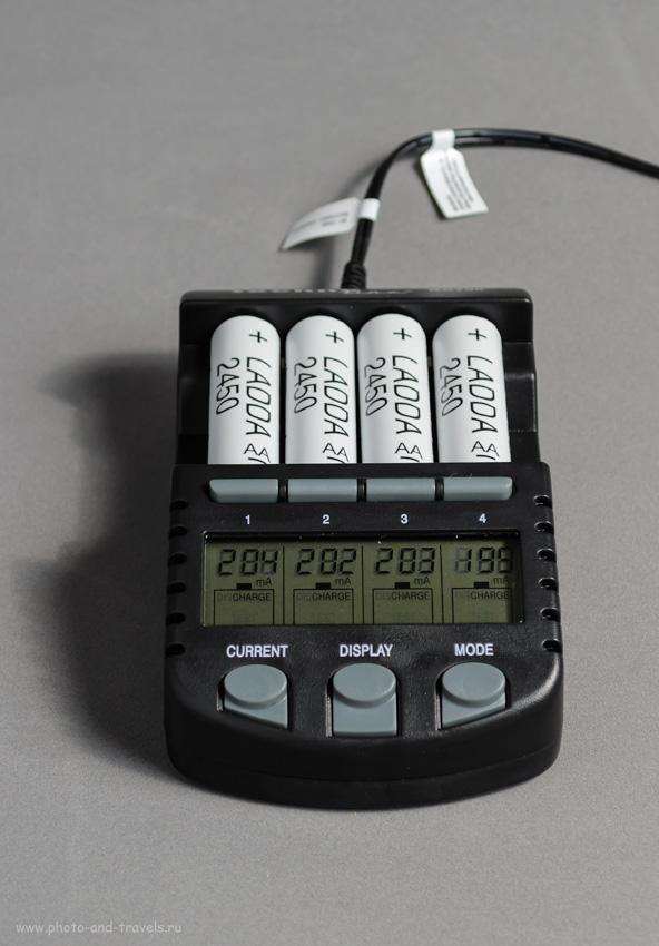 Фотография 36. Какие аккумуляторы и зарядное устройство купить для вспышки. Набор аккумуляторов «ЛАДДА» (якобы аналог «Eneloop Pro») ёмкостью 2450 мА·ч купил за 1000 рублей. Снято на любительскую зеркалку Никон Д5100 КИТ 18-55 с настройками: 1/100, +1.33, 5.6, 200, 48. На камере – синхронизатор Yongnuo YN-622N-TX, справа – вспышка Yongnuo YN-685 с белым зонтом на просвет, слева – белый рефлектор.