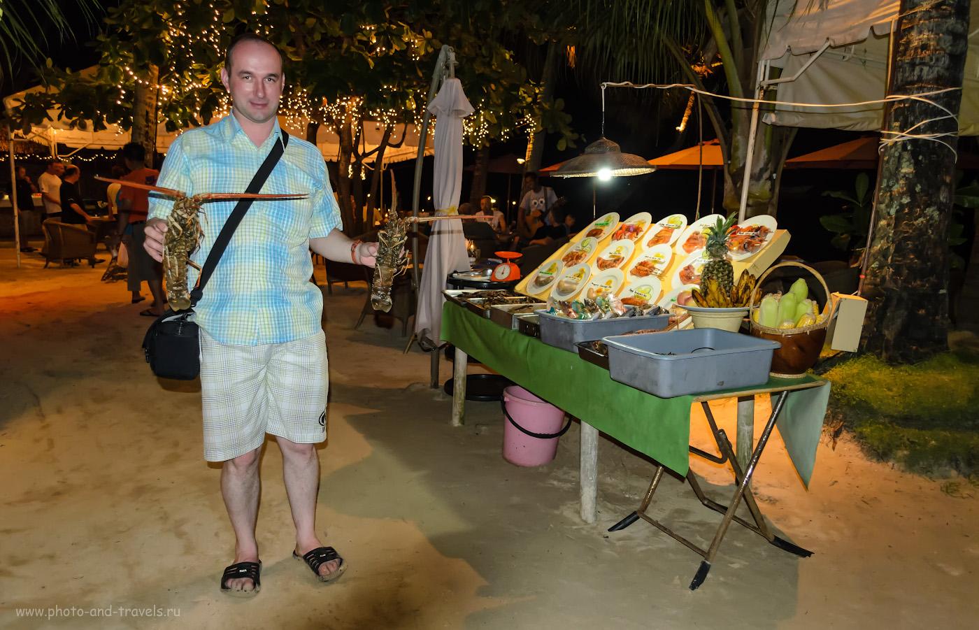 """Фото 17. Метод «удлинения выдержки» (""""drag the shutter"""") для обеспечения нормальной экспозиции заднего плана. Снято на Nikon D5100 KIT 18-55 VR со встроенной вспышкой на острове Панглао (Panglao Island) на Филиппинах в 2011 году. Настройки: 1/60, f/3.5, 1600, 18мм. Обратите внимание, что в камерах «Никон» при съемке в режимах, отличных от «М», автоматически устанавливается выдержка 1/60 секунды. В параграфе №8 мы будем обсуждать, как с помощью оранжевого фильтра на снимке выше можно было уравнять баланс белого в изображении модели и фона."""