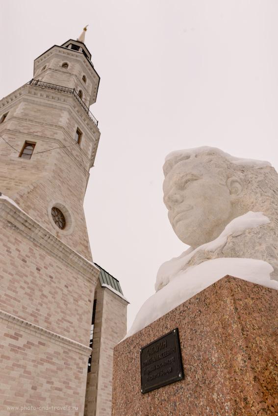 Фото 4. Башня-колокольня и монумент Юрию Гагарину в Златоусте. Интересные места в Челябинской области, куда можно съездить на машине на выходные. За ними находится горный парк имени Бажова. 1/200, 8.0, 400, 24.