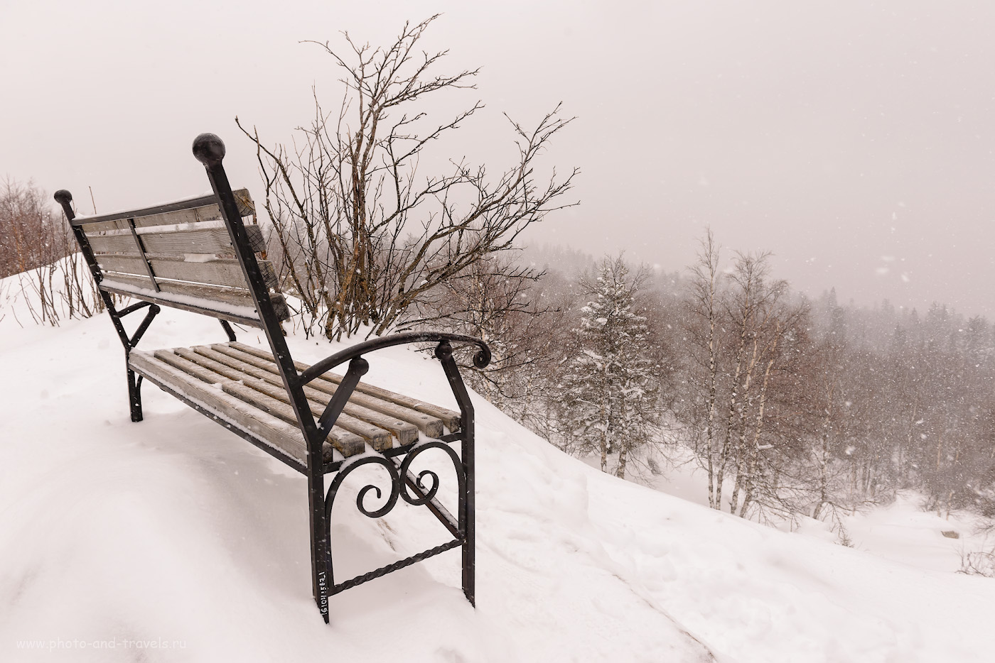 Фотография 6. Заколдованная скамейка у Черной скалы на Таганае. Отзывы туристов о поездках по интересным местам Челябинской области. Сюда можно приехать и с детьми. 1/640, +0.67, 8.0, 400, 24.