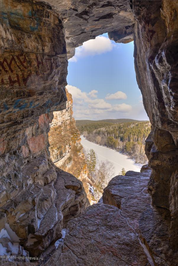 Фото 38. Вид из Идрисовской пещеры вниз по течению реки Юрюзань. Снимок - HDR из трех кадров. Фотоаппарат Nikon D610, объектив Nikon 24-70mm f/2.8G. 1/50, 8.0, 320, 24.