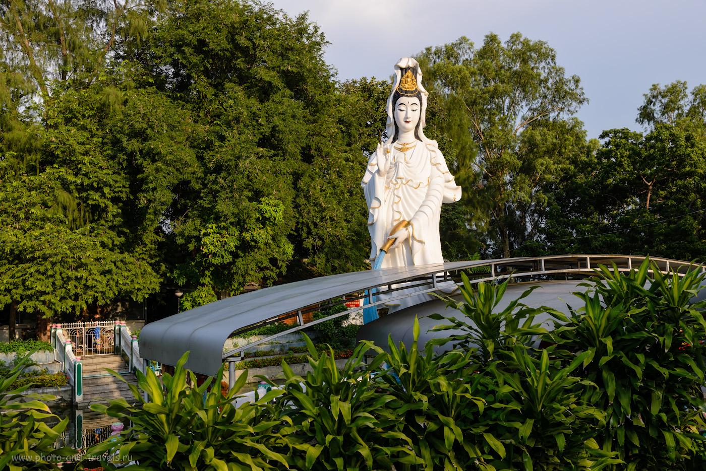 Фотография 2. Скульптура богини Гуаньинь у входа в парк Wang Sam Sien на холме Большого Будды в Паттайе. Отзывы туристов о недорогих экскурсиях во время отдыха в Таиланде. Снято на камеру Nikon D610 с объективом Nikon 24-70mm f/2.8. Настройки: выдержка 1/500 сек., экспокоррекция 0 EV, f/8.0, ISO 250, фокусное расстояние 35 мм.
