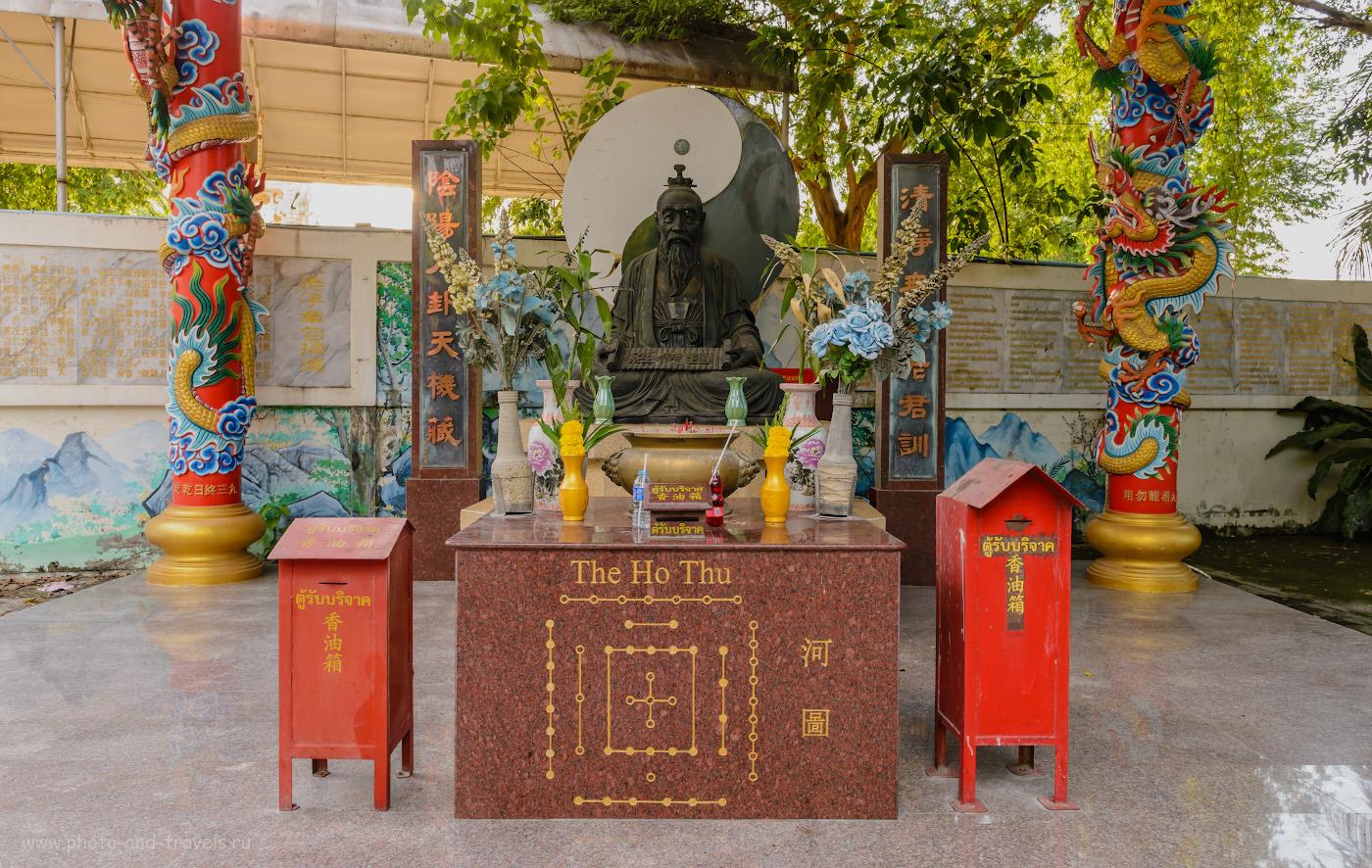 Фото 19. Какой-то китайский мудрец в парке Wang Sam Sien на холме Пратамнак в Паттайе. Отдыхая в Таиланде, можно познакомиться и с культурой соседнего государства. 1/60, -0.33, 8.0, 640, 27.