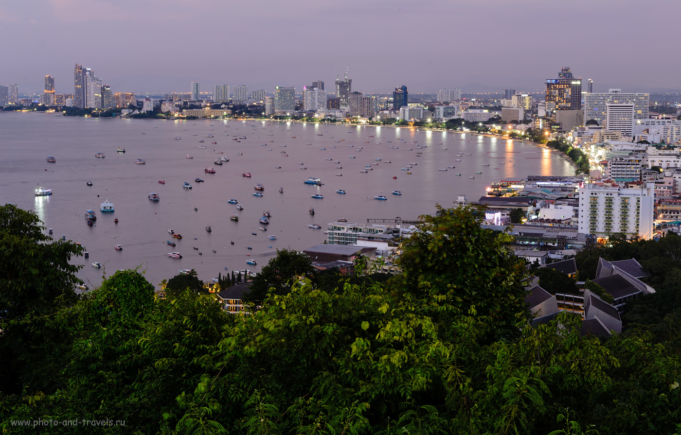 Фото 33. Вид на залив Паттайи со смотровой площадки на холме Pattaya Hill. Справа начинается знаменитая «улица грехов» Уокинг-Стрит (Walking Street). Отзывы о недорогих экскурсиях в Таиланде. Чем заняться вечерами. Снято на Nikon D610 + Nikon 24-70mm f/2.8G со штатива Sirui T-2204X. Параметры съемки: 6 сек., 9.0, 100, 56.