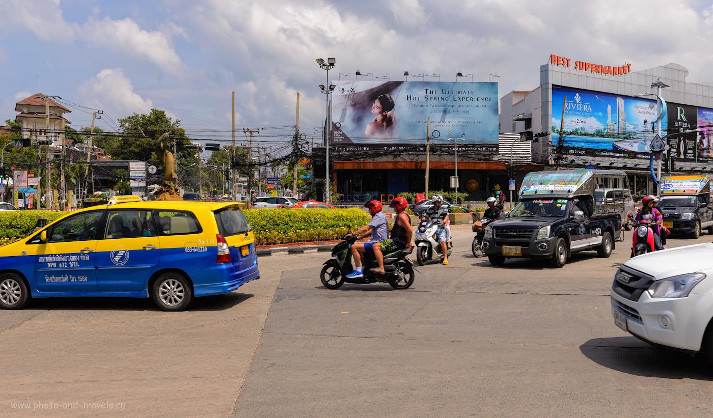 """Фонтан """"Дельфины"""", от которого начинают движение тук-туки в Паттайе. На снимке видим основные виды транспорта в Таиланде: такси, скутеры и тук-туки (сонгтео). Снято в октябре 2017 года на камеру Nikon D610 + Nikon 24-70mm f/2.8. Параметры: 1/500, -0.33, 7.1, 100, 32."""