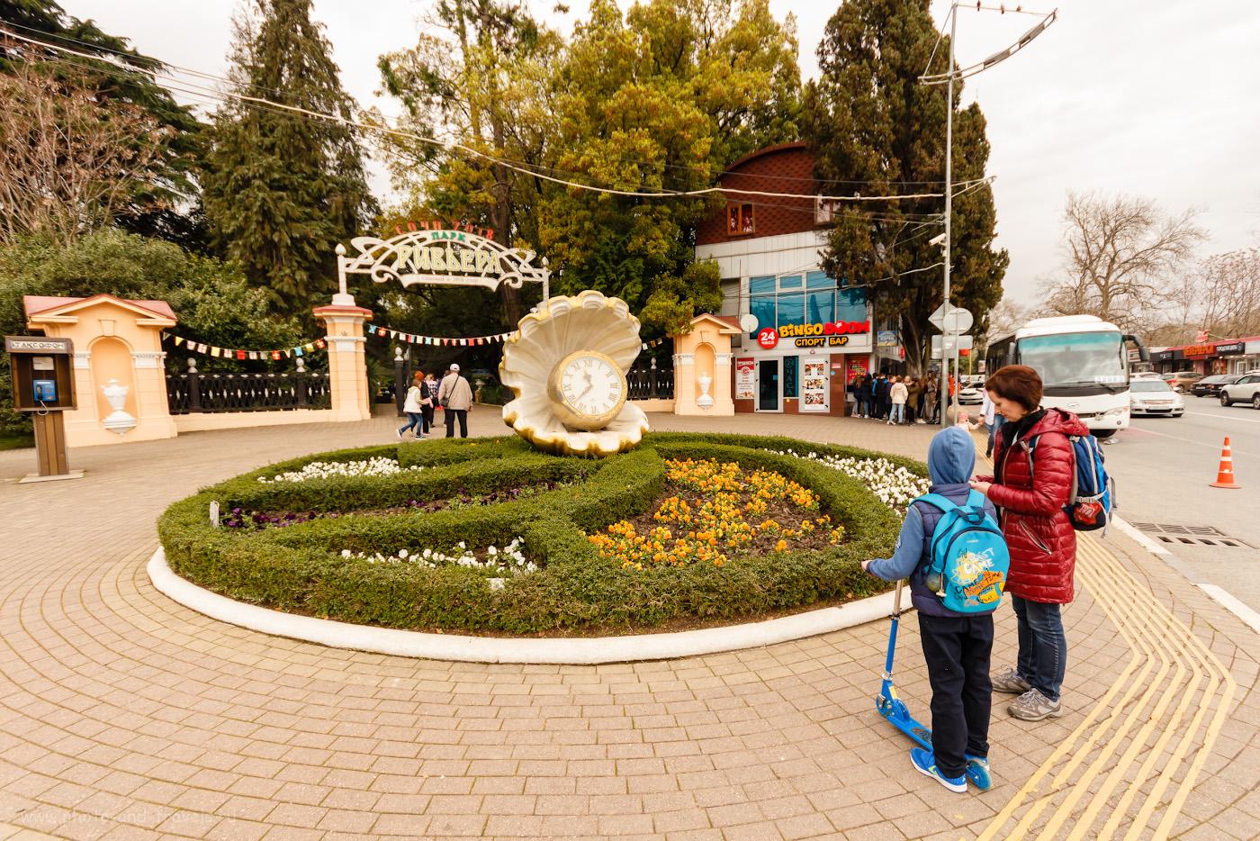 Фотография 22. Главный вход в парк «Ривьера» украшает композиция «Жемчужина с часами». Камера Canon EOS 650D, объектив Sigma 10-20mm F/4-5.6. Параметры съемки: 1/400, f/6.3, ISO 200, 10мм
